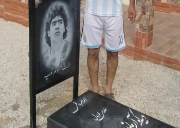 إيراني يبني قبرا رمزيا لمارادونا في فناء منزله (صور)