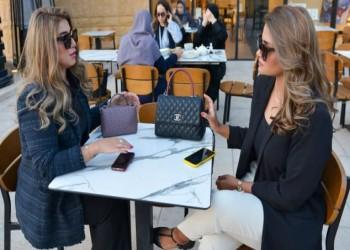 مقاه بلا مطوعين ونساء بلا حجاب.. انقلاب اجتماعي يقود خطة بن سلمان لاقتصاد سياحي