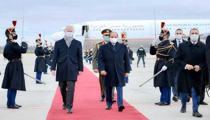 وسط انتقادات حقوقية.. السيسي يصل إلى باريس للقاء ماكرون