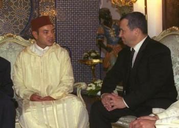 أهداه لعبة إسرائيلية.. إيهود باراك ينشر صورة مع ملك المغرب قبل 42 عاما