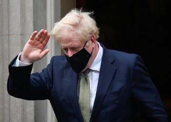جونسون يستدعي وزراءه لمناقشة سبل احتواء سلالة جديدة من كورونا