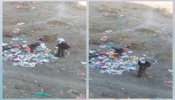 صورة لطلاب يمنيين يبحثون عن طعام بين النفايات تثير غضبا
