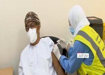 وزير الصحة العماني يتلقى أول جرعة من لقاح كورونا (فيديو)