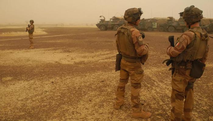 الإليزيه يعلن مقتل 3 جنود فرنسيين بتفجير مدرعة في مالي