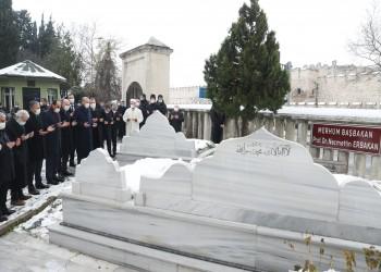 أردوغان يزور قبر أربكان في إسطنبول (فيديو)