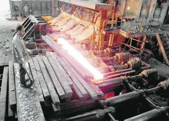 مصر.. اتحاد نقابات العمال يقاضي الحكومة بسبب قرار تصفية الحديد والصلب