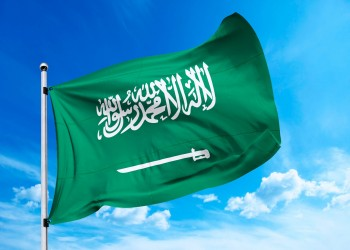 كاتب سعودي يطالب بإزالة السيف من علم المملكة.. لماذا؟