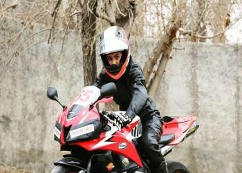 ممثل خامنئي في أصفهان يحذر من ركوب الإيرانيات الدراجات