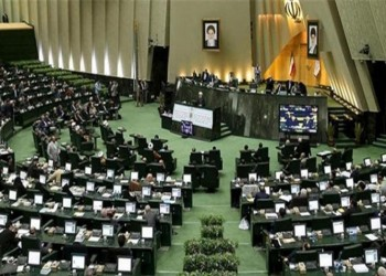 البرلمان الإيراني يؤيد مقاضاة روحاني وحكومته لانتهاكهما قانون رفع العقوبات