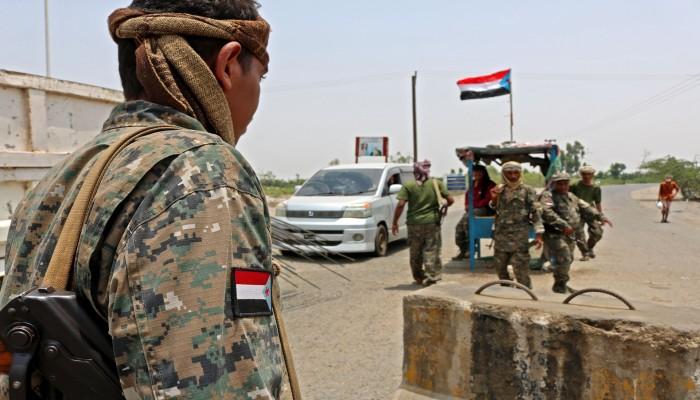 باخرة إماراتية تفرغ عربات عسكرية بميناء سقطرى اليمني