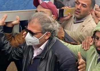 بعد غياب عامين.. خالد يوسف يعود لمصر ويثير تساؤلات