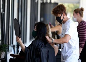 دراسة: درع الوجه قد يحد من عدوى كورونا في صالونات تصفيف الشعر