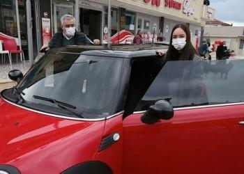 بعد إقلاعه عنه منذ 14 عاما.. تركي يهدي ابنته سيارة من مدخرات أموال التدخين