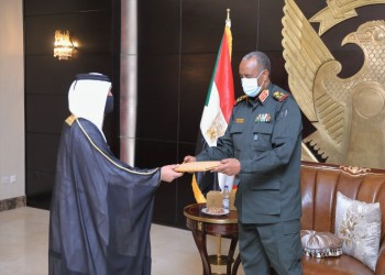 رئيس السيادة السوداني يتسلم رسالة ودعوة من أمير قطر (صورة)