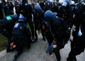 إجراءات كورونا تفجر أعمال عنف واشتباكات في بريطانيا وألمانيا (فيديو)