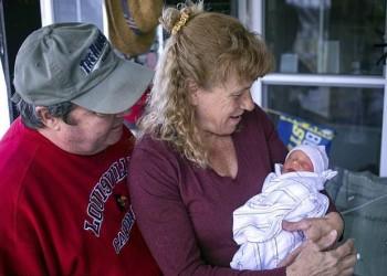 في الـ57 من عمرها.. أمريكية تنجب طفلا عن طريق التلقيح الاصطناعي