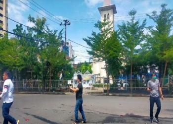 انفجار عنيف في محيط كنيسة بإندونيسيا.. وأنباء عن قتلى (فيديو)