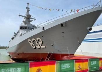 """الدفاع السعودية تعوّم السفينة الحربية """"جلالة الملك حائل"""" (صور)"""
