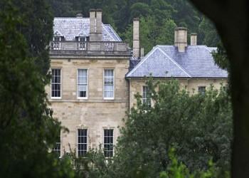 أمير سعودي يبيع منزلا ريفيا في بريطانيا لملك البحرين وولي عهده