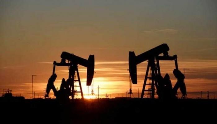 خلافا للتوقعات.. النفط ينخفض بعد ارتفاع مخزونات البنزين الأمريكية
