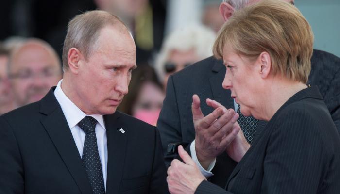 ميركل تطالب بوتين بخفض القوات الروسية عند الحدود الأوكرانية