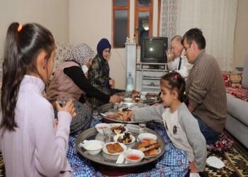 أردوغان وزوجته ضيفان على الإفطار بمنزل مواطن تركي (صور)