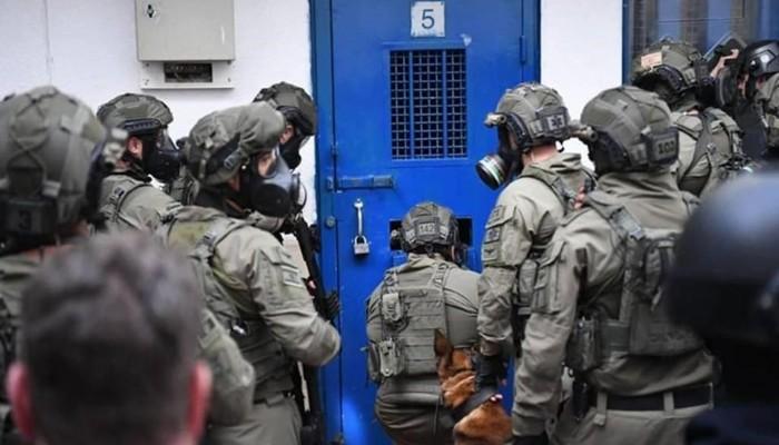 تقرير: 4500 أسير فلسطيني بسجون إسرائيل.. 1400 منهم اعتقلوا بـ 2021