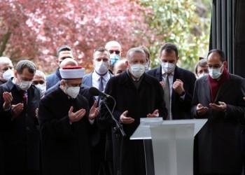 أردوغان يحيي ذكرى وفاة تورغوت أوزال.. ويقرأ القرآن على روحه (فيديو)