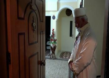 بطرق مبتكرة.. إمام تركي يقيم الصلاة مع جيرانه وآخر يوقظ أهل قريته