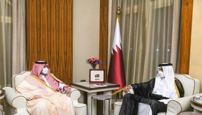 أمير قطر يبحث مع وزير الدولة السعودي سبل تعزيز العلاقات