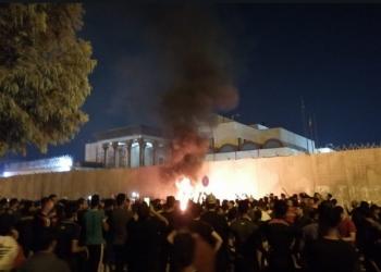 متظاهرون عراقيون يضرمون النار بسور قنصلية إيران في كربلاء (فيديو)