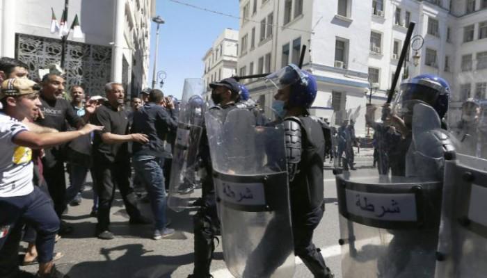 الجزائر تفرض قيودا على الحراك في الشوارع