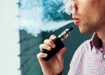 علماء يربطون السجائر الإلكترونية بمخاطر على البصر