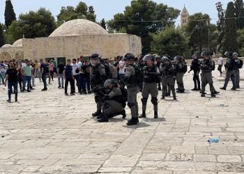 بالرصاص المطاطي وقنابل الغاز.. الاحتلال يقتحم المسجد الأقصى ويهاجم المصلين