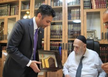 خلال لقائه زعيم حركة شاس اليهودية.. سفير الإمارات بإسرائيل يهاجم الجزيرة والإخوان
