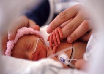 دراسة: التلامس بين الطفل وجلد الأم قد ينقذ حياة الرضع الخدج