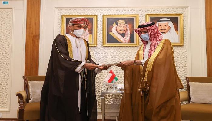 عبر وزير الخارجية.. الملك سلمان يتسلم رسالة خطية من سلطان عمان