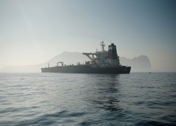 صحيفة بريطانية: أسطول شبحي يهرب النفط الإيراني إلى الصين