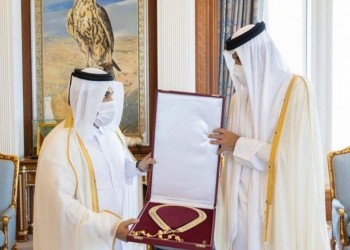 أمير قطر يكرم النائب العام السابق ويمنحه وشاح حمد بن خليفة