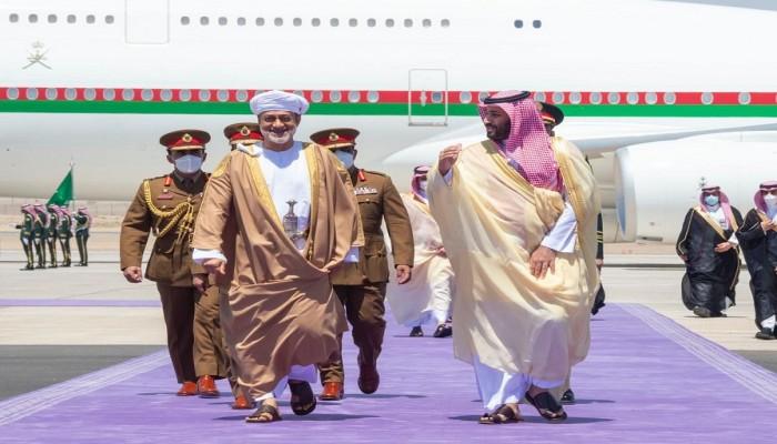 في أول زيارة خارجية.. بن سلمان يستقبل سلطان عمان في مطار نيوم