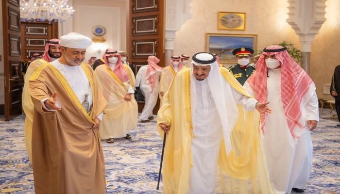 الملك سلمان يستقبل السلطان هيثم في نيوم
