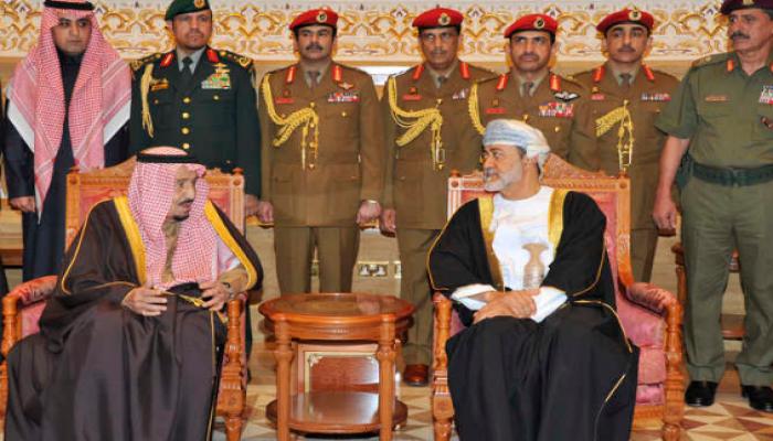بلومبرغ: زيارة سلطان عُمان مؤشر على تبدل تحالفات السعودية