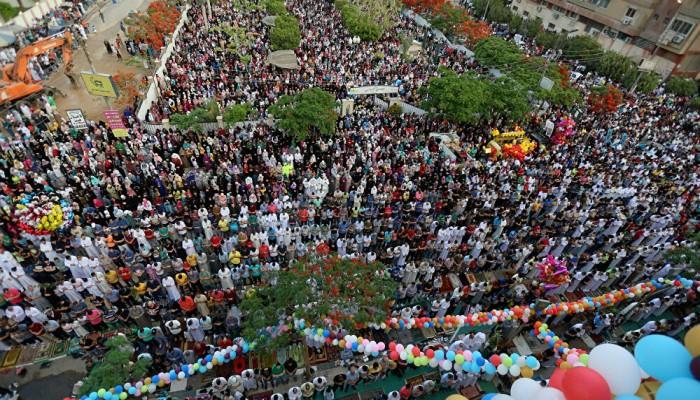 المسلمون يؤدون صلاة العيد وسط إجراءات لمكافحة كورونا
