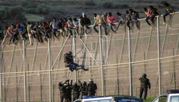 أكثر من 230 مهاجرا يعبرون السياج بين المغرب ومليلية الإسباني