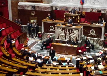 برلمان فرنسا يصادق على قانون يشدد الرقابة على المساجد ويحارب تعدد الزوجات