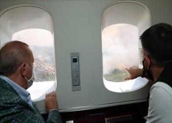 أردوغان يتفقد المناطق المتضررة في أنطاليا