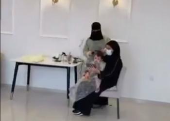 بدعم من والدتها.. وفاء أول سعودية تمتهن حلاقة الشعر