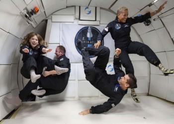 سياح الفضاء الأمريكيون أمضوا ليلة أولى في مدار الأرض
