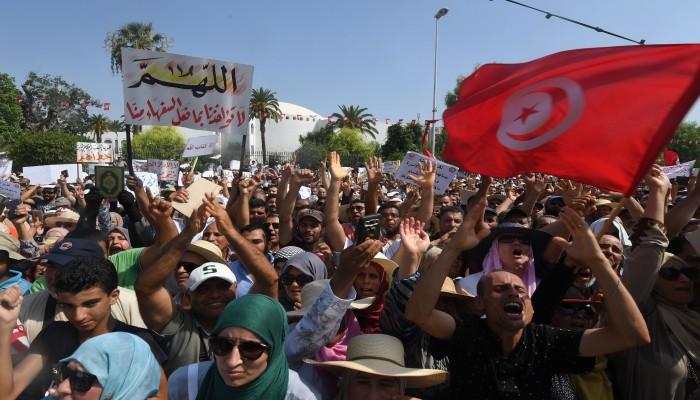 تونس.. مظاهرات تندد بإجراءات سعيد وتطالب بالعودة للديمقراطية