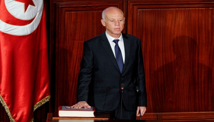 رئيس تونس يعلق العمل بالدستور جزئيا ويعلن تولى السلطتين التشريعية والتنفيذية